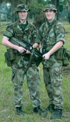 irish Soldiers in combat field uniforms Army Ranks, Military Ranks, Military Uniforms, Military Weapons, Battle Dress, Irish Catholic, Irish Warrior, Military Special Forces, British Armed Forces