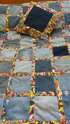 Denim picnic blanket and pillow made from old jeans. Mais by phoebeIdeas for making jeans usable in a fresh, creative way. What I love about these is they are useful, sturdy and stylish.Jeans were covered (traffic) \/ Alteration of jeans \/ by Second Jean Crafts, Denim Crafts, Artisanats Denim, Blue Jean Quilts, Denim Quilts, Patchwork Jeans, Couture Main, Quilt Patterns, Sewing Patterns