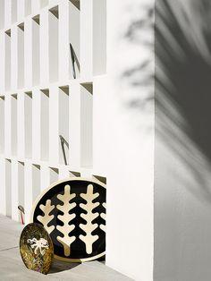 Vaisselle d'ete : Assiette en grès Le Poulpe (La Tuile à Loup). Plat en céramique (Atelier Buffile pour L'Éclaireur). Couverts, de haut en bas : Couteau à steak, Eugeni Quittlet (Christofle). Fourchette de table (Hermès). Cuiller à glace collection Argent gourmand (Puiforcat).