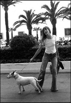 Jane Birkin with her Bull Terrier Serge Gainsbourg, Gainsbourg Birkin, Charlotte Gainsbourg, Estilo Jane Birkin, Jane Birkin Style, Jane Birken, Five Jeans, Women's Jeans, Francoise Hardy