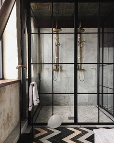 Concrete walls and a crittal shower screen in this industrial vintage bathroom Interior Exterior, Bathroom Interior Design, Double Shower Heads, Casa Top, Vintage Industrial Decor, Industrial Lamps, Industrial Bathroom, Industrial Chic, Industrial Furniture