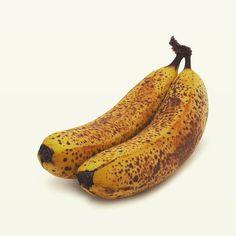 Ble bananene brune 🥺⠀ ⠀ Men vet du? Da er du faktisk kjempeheldig 😯⠀ ⠀ ⠀ For da kan du nemlig bake bananbrød 👉🍌🍞 Og bananbrød, det er bare vanvittig godt! ⠀ ⠀ Alt du trenger er noen overmodne bananer 🍌🍌, litt rapsolje, hvetemel, bakepulver og julete krydre 🎄 Og hvis du vil lage luksusvarianten, så legger du til litt hakka nøtter, frø og tørka frukt. ⠀ ⠀ Det her det er bare NAM, NAM, NAM 😋😚⠀ ⠀ Og hvis du vil ta av HELT AV, så smører du litt peanøttsmør på skiva mens den er nystekt… Banana, Fruit, Food, Bananas, Meals