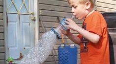 Les enfants adorent les bulles de savon ! Et ce, peu importe la saison de l'année. Alors voici comment faire un souffleur à bulles de savon qui va faire des heureux. Les enfants vont pouvoir joue... Science For Kids, Games For Kids, Infant Activities, Activities For Kids, Craft Party, Kids And Parenting, Cool Kids, Bubbles, Parents