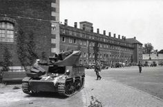 1940 Belgien Straßenszene mit deutschen Panzer T13B3 (Belgisch) im Innenhof der Zitadelle von Lüttich light antitank self-propelled gun T13B3 autocanon.SAU built on the English Light Dragon artillery tractor Mk IIc in May 1940, The T13B3 entered service 1937. One hundred and fifty examples were produced. It was capable of all-round traverse without having to lower any sideplates unlike the previous versions