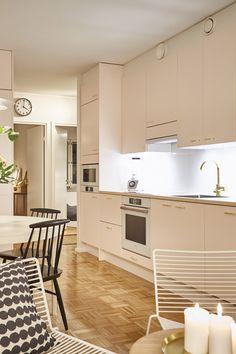 Ripauksen kultaa jakson keittiöön on tuotu Retro-vetimillä! Kulta, Retro, Kitchen Cabinets, Home Decor, Decoration Home, Room Decor, Cabinets, Retro Illustration, Home Interior Design