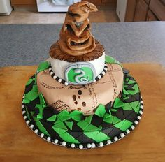 For a Slytherin fan--Congratulations on graduating college Harry Potter Torte, Cumpleaños Harry Potter, Harry Potter Birthday Cake, Draco Malfoy, Tolle Cupcakes, Anniversaire Harry Potter, Party Cakes, Amazing Cakes, Cupcake Cakes