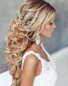 Beach curls and loose waves are hot on trend no matter the season for brides right now! Tag a bride! Hair + MUA: @elstile