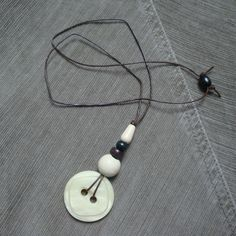 white CHOCOLATE vintage lucite button necklace por DollyDecades