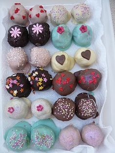 Cake balls Yummy such pretty Cake Balls! I want to learn how to make them...