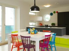Lakka Kivitalo HausKaks - Keittiö | Asuntomessut Scandinavian Cabin, Kitchen Dining, Dining Room, Colorful Chairs, Home Pictures, Color Inspiration, Sweet Home, Pantry, House Pics