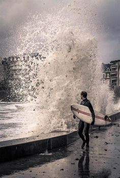 Surfeur à Saint-Malo lors des grandes marées @Melanie Leleu (Photo gagnante Grand Concours de l'Été 2015) Concours Photo, Surf Art, Random Acts, Nalu, Surf Shop, Belle Photo, Surfing, In This Moment, Sea