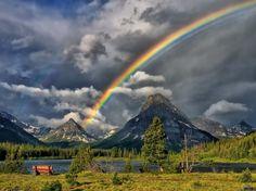 Céu do arco-íris sobre a montanha jpg