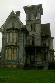 old, abandoned house. Abandoned Property, Old Abandoned Houses, Abandoned Castles, Abandoned Buildings, Abandoned Places, Old Houses, Creepy Houses, Spooky House, Haunted Houses