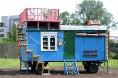 Chairs nailed together to create stairs. How safe is this? Original Löwenzahn-Bauwagen: Based off an children's show in Germany. Tiny Horses, Shepherds Hut, She Sheds, Gypsy Caravan, Mobile Home, House On Wheels, Van Life, Best Funny Pictures, Small Spaces