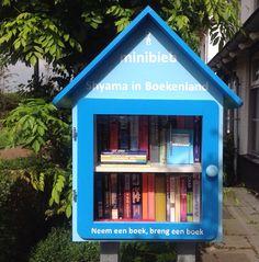 De minibieb is lekker bijgevuld! Er wordt goed geleend en er komen ook weer mooie boeken bij :-) #Little free library Den Haag