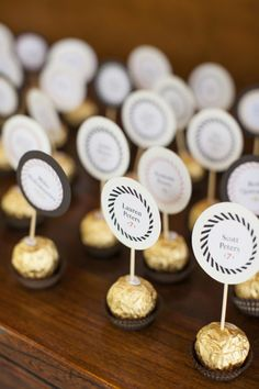Love these chocolate escort cards at this modern summer wedding wedding favors Bright, Modern Summer Wedding Wedding Favours, Wedding Cards, Wedding Day, Wedding Summer, Trendy Wedding, Wedding Ceremony, Wedding Tables, Diy Wedding Deco, Wedding Flowers