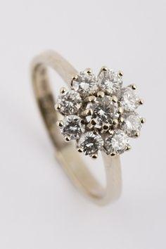 Wit gouden entourage ring met briljanten bij Sengers