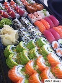 Immagine di sushi, food, and yummy Sushi Recipes, Asian Recipes, Cooking Recipes, Think Food, Love Food, Ramen Comida, Healthy Snacks, Healthy Recipes, Diet Recipes