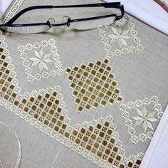 No photo description available. Tambour Embroidery, Hardanger Embroidery, Types Of Embroidery, Hand Embroidery Patterns, Learn Embroidery, Embroidery Stitches, Embroidery Designs, Paper Embroidery, Doily Patterns