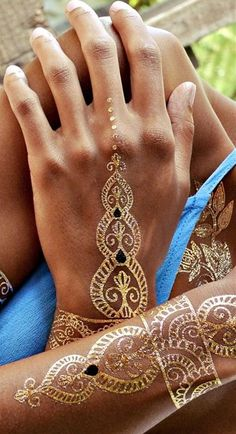 Your search for the perfect gold henna tattoo design ends here. Embrace some of the mind-blowing gold henna tattoo designs right here. Gold Henna, White Henna, Jewel Tattoo, Gold Tattoo, Design Tattoo, Henna Tattoo Designs, Hena Designs, Mehndi Tattoo, Hippie Look