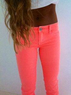 I love the neon jeans! Neon Jeans, Coral Jeans, Pink Pants, Peach Pants, Bright Pants, Look Fashion, Teen Fashion, Fashion Outfits, Aesthetic Fashion