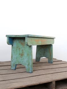 Primitive Wood Bench / Vintage Painted Bench Primitive Wood Bench / Vintage Green Bench Like our Fac Small Furniture, Handmade Furniture, Rustic Furniture, Painted Furniture, Painted Benches, Painted Stools, Wood Projects, Woodworking Projects, Old Benches