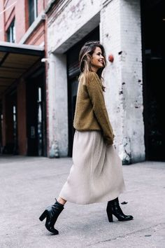Strickpullover + Langer Rock + Schwarze Booties / Heels - Long skirt outfits for fall - Skirt Outfits, Fall Outfits, Casual Outfits, Ladies Outfits, Casual Heels, Colorful Outfits, Look Fashion, Fashion Outfits, Fall Fashion