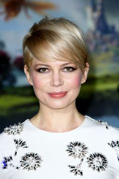 Hairstyles For Round Faces Michelle Williams long fringe Pictures Of Short Haircuts, Cute Short Haircuts, Round Face Haircuts, Hairstyles For Round Faces, Short Hairstyles For Women, Hair Pictures, Easy Hairstyles, Michelle Williams, Soft Curls Short Hair