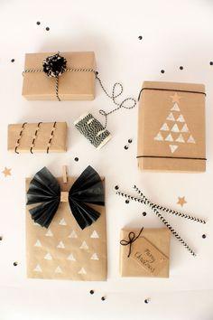 Idée N.3 – L'ajout de personnages J'aime bien cette idée un peu folle de rajouter de petites figurines pour animer notre cadeau! L'emballage reste simple, mais les enfants adoreront voir un caribou ou une figurine de la Reine des Neiges (valeur sûre!) sur leur cadeau. Source Lily allsorts