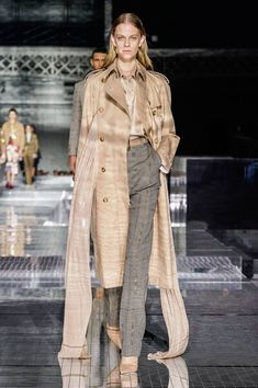Burberry Fall 2020 Ready-to-Wear Fashion Show Collection: See the complete Burberry Fall 2020 Ready-to-Wear collection. Look 26 Fashion 2020, Star Fashion, Runway Fashion, Fashion Brands, Fashion Weeks, Women's Fashion, Couture Fashion, Street Fashion, Burberry