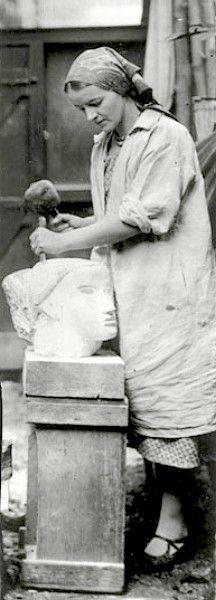 Barbara Hepworth carving a head 1930 - Sculptrice britannique - 1903-1975 - Artiste majeure de la sculpture abstraite du début du XXè siècle, influencée par Mondrian.