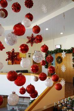 Hanging ornament tree / Árbol de Navidad hecho de esferas colgantes// casahaus.net