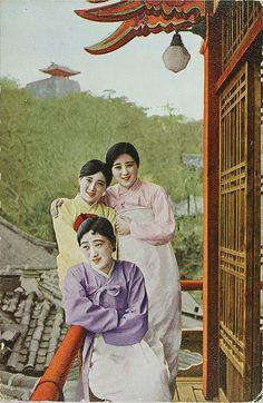 Kisaeng at Moran Hill, 1930s by Moravius, via Flickr