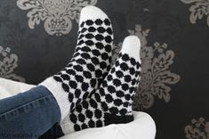 Värikkäitä unelmia: Marimekon inspiroima Marimekko, Knitting Socks, Mittens, Slippers, Fashion, Projects, Do Crafts, Knit Socks, Fingerless Mitts