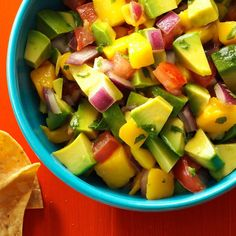 Chunky Mango Guacamole Recipe -When serving a crowd, double or quadruple this guacamole. The onion, tomato and mango can be chopped in advance. Add avocado just before serving. Salsa Guacamole, Guacamole Recipe, Avocado Recipes, Dip Recipes, Gluten Free Recipes, Mexican Food Recipes, Cooking Recipes, Healthy Recipes, Mexican Dishes
