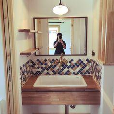 スウェーデンハウス /オープン収納/真鍮の水栓/アメリカンスイッチ/ブラケットライト…などのインテリア実例 - 2017-09-22 23:23:19 | RoomClip(ルームクリップ) Washroom, Corner Bathtub, My Room, Powder Room, Office Decor, Toilet, Layout, House Design, Architecture