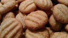 Oggi biscotti...facili, friabili e arricchiti da cocco rapé e buccia di limone! La ricetta originale è questa. Unica variante è la confezione...Facciamoli