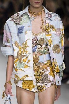 Versace at Milan Fashion Week Spring 2018 - Details Runway Photos Look Fashion, Street Fashion, Spring Fashion, High Fashion, Fashion Show, Fashion Outfits, Fashion Design, Milan Fashion, Versace Fashion