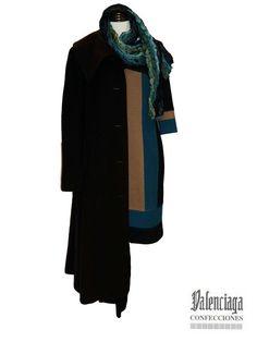Outfit compuesto por abrigo largo de lana cashmere con bolsillo interior.  Vestido punto roma con fondo negro 7a341365d3fb