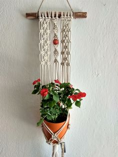Decorate The Outdoors – Outdoor Patio Decor Macrame Plant Hanger Patterns, Macrame Plant Holder, Macrame Patterns, Macrame Design, Macrame Art, Macrame Projects, Wall Plant Hanger, Plant Wall, Pots