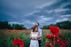 Love Klaudia & Daniel: Studio Sloń engagement photoshoot in poppy field #poppyfield #engagementphotoshoot #couple #love #couplephotoshoot
