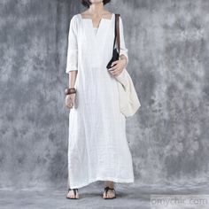 How can you design your linen dresses the perfect way? white linen dresses oversize maxi dress linen caftansthis dress is ezhnale Blusas Oversized, Oversized Dress, White Linen Dresses, Cotton Dresses, White Dress Summer, Summer Dresses, Mode Cool, Mode Hijab, Linen Fabric