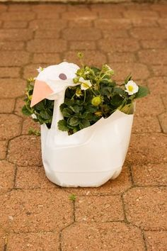 Craft a Swan Plant Container Teach your child about recycling and gardening as she re-uses an empty plastic milk gallon jug to craft a swan-shaped plant container! Plastic Jugs, Plastic Planter, Plastic Art, Crafts To Make, Fun Crafts, Crafts For Kids, Gift Crafts, Flower Planters, Garden Planters