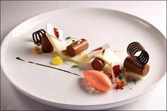 Parcours sucré - Sweet course - Por supuesto dulce Plein de sucreries sur mon chemin ! ;) (Chef Antonio Bachour) L'art de dresser et présenter une assiette comme un chef de la gastronomie... http://www.facebook.com/VisionsGourmandes Ou sur le site pour profiter d'autres rubriques… http://visionsgourmandes.com . > Photo à aimer et à partager ! ;) #gastronomie #gastronomy #chef #presentation #presenter #decorer #plating #recette #food #dressage #assiette #artculinaire