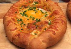 Le Khachapuri ! Le délicieux pain géorgien revisité par Chefclub Ingrédients pour 1 pain PÂTE À PIZZA 1 MOZZARELLA 1 TOMATES SECHÉES 12 VIANDE HACHÉE 250 G OIGNON 1 AIL 2 GOUSSES COULIS DE TOMATE 10 CL SEL & POIVRE CHEDDAR RÂPÉ OEUF 1 CIBOULETTE Recette Découper la mozzarella et les tomates séchées en bâtonnets. Disposer les bâtonnets de mozzarella et de tomates séchées tout autour de la pâte à pizza. Rabattre les bords par dessus en formant des pointes aux deux extrémités. Hacher fine...
