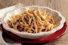 Fresh Trofie Pasta With Fava Beans And Bottarga. Trofie Fresche con Fave e Bottarga.
