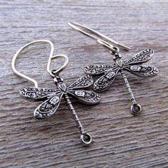 Joyería de libélula libélula pendientes - pendientes de plata- de JLynnCreations en Etsy https://www.etsy.com/es/listing/225264606/joyeria-de-libelula-libelula-pendientes