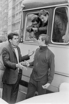 Johan Cruyff, Ajax takım otobüsüne çarpan araç sürücüsüyle tartışıyor.(1968 - #istanbul) #Fenerbahce maçı öncesi... pic.twitter.com/39HwZOL2iC