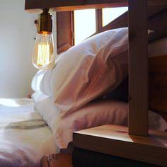Lámpara Oslo de madera natural con bombilla Edison estilo nórdico en casa rural Abellerol