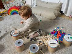 A la nostra vida diària, gairebé totes les accions porten de manera implícita actes que comporten el reconeixement de qualitats d'objectes, la manipulació classificació, ordenació, orientació, etcètera. Aquests són aspectes que formen part de la lògica heurística. Montessori Toddler, Toddler Play, Montessori Activities, Infant Activities, Activities For Kids, Baby Sensory Play, Baby Play, Heuristic Play, Toddler Classroom
